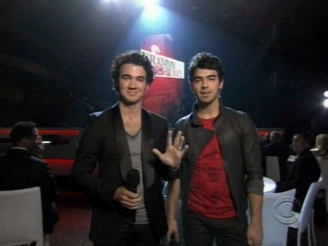 Joe si Kevin Jonas il prezinta pe Nick la Grammy Nominations Concert Live