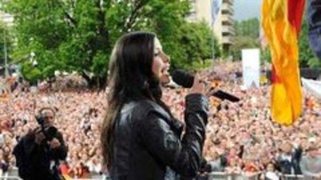 Lena, asteptata de 40.000 de oameni acasa (poze, video)