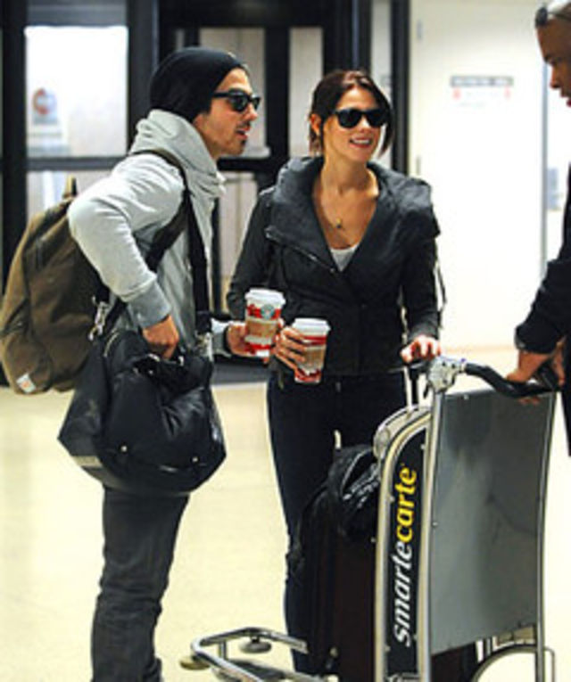 Joe Jonas si Ashley Greene, opriti pe aeroport