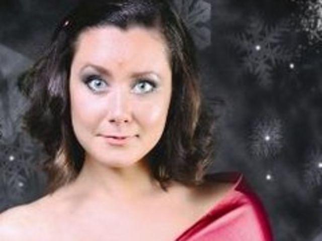 Mezzosoprana Lavinia Bocu va canta colinde la gara din Cluj