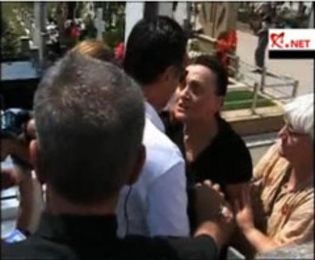 Parastas cu scandal: mama Madalinei Manole l-a atacat pe Petru Mircea la cimitir (video)