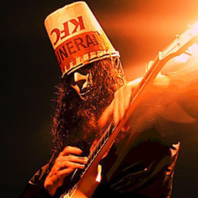 Brian Caroll este cunoscut in lumea muzicii sub numele de Buckethead    Buckethead Fingers