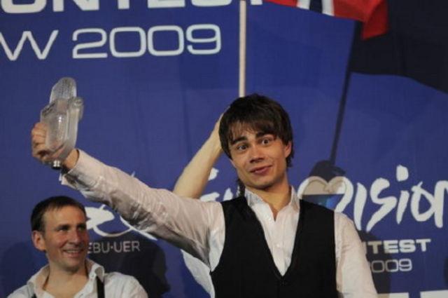 Alexander Rybak, cu trofeul Eurovision 2009 spart