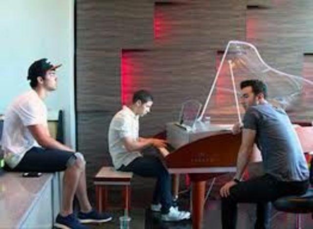 Asculta prima mostra din Jonas Brothers - 'Meet You in Paris'