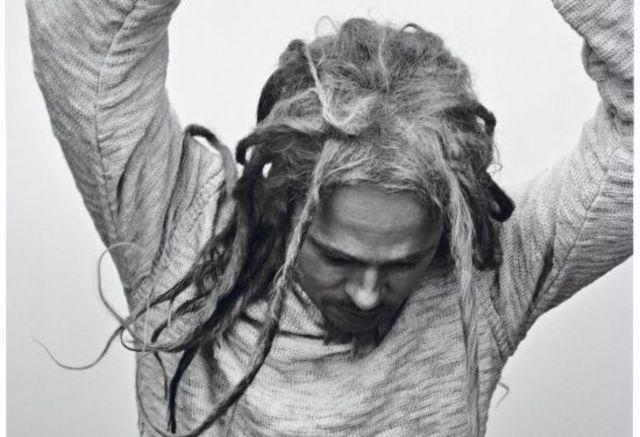 Brad Pitt s-a transformat in Bob Marley pentru un pictorial (poze)