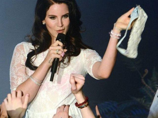 """Lana Del Rey, """"asaltata"""" de chiloti intr-un concert"""
