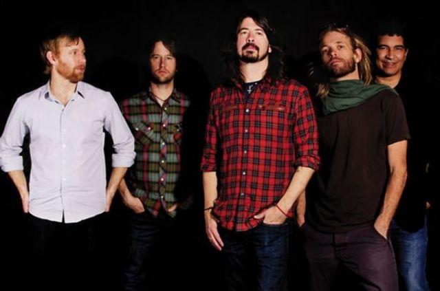 Foo Fighters organizeaza un concert surpriza pentru a sarbatori ziua de nastere a lui Dave Grohl
