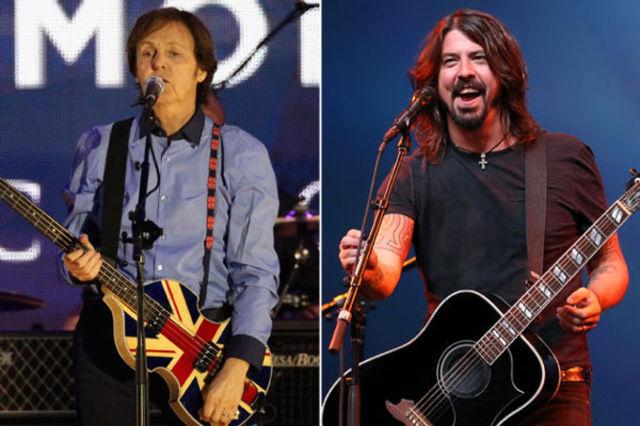 """Dave Grohl a urcat pe scena cu Paul McCartney pentru a canta piesa """"I Saw Her Standing There"""" (video)"""