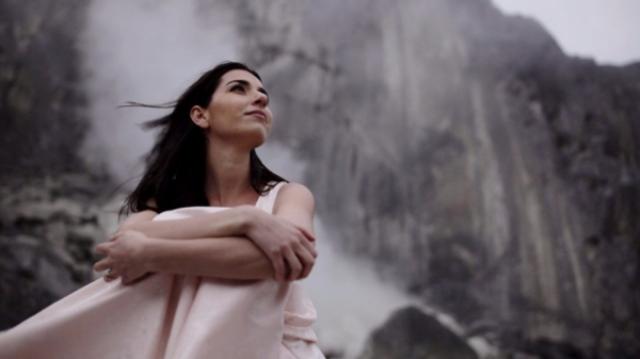 Alexandra Usurelu isi prezinta noul videoclip chiar de Ziua Femeii, printr-un concert special