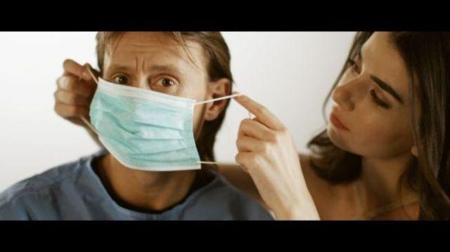 Marius Manole este un medic orb in noul videoclip Alexandra Usurelu