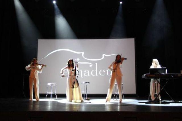 Amadeus i-a incantat pe francezi cu un concert splendid in celebrul teatru Le Palace din Paris