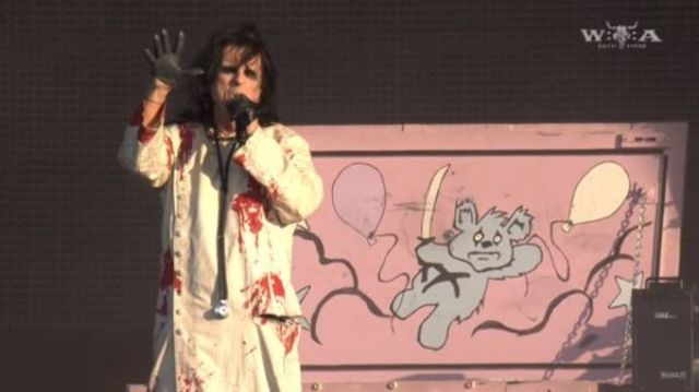 Alice Cooper live la Wacken 2017 cu 'Feed My Frankenstein' si 'School's Out'