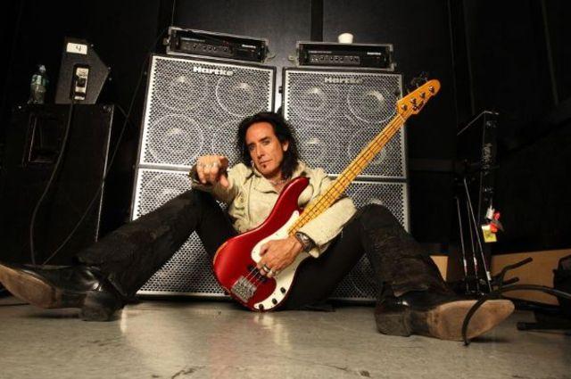 Hard Rock Cafe ofera cadou chitara bass a lui Marco Mendoza