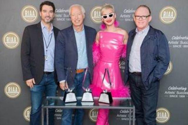 Katy Perry a primit 3 discuri de diamant si a stabilit un nou record