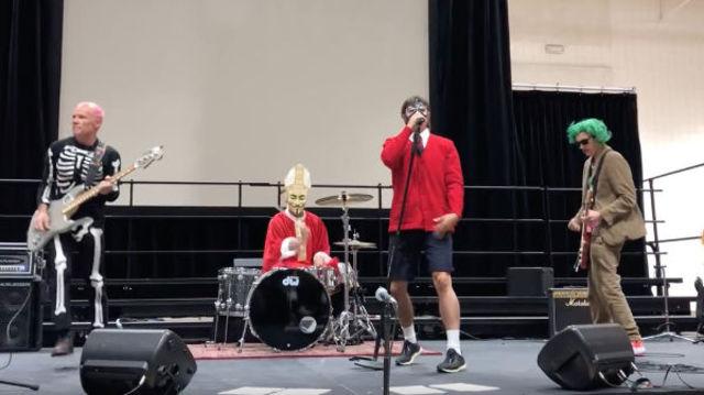 Red Hot Chili Pepper canta 'Can't Stop' la o scoala din California