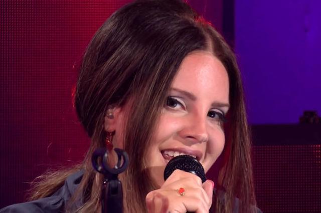 "Lana Del Rey canta piesa Arianei Grande, ""Break up with your girlfriend, I'm bored"""
