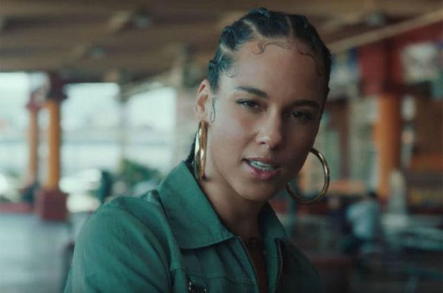 """Alicia Keys a lansat """"Underdog"""""""