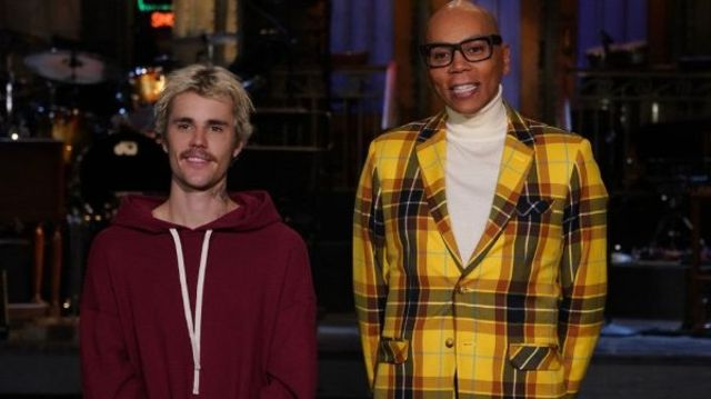 Justin Bieber invitat la Saturday Night Live