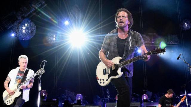 "Pearl Jam a interpretat piesa ""Dance Of The Clairvoyants"" alaturi de Josh Klinghoffer"