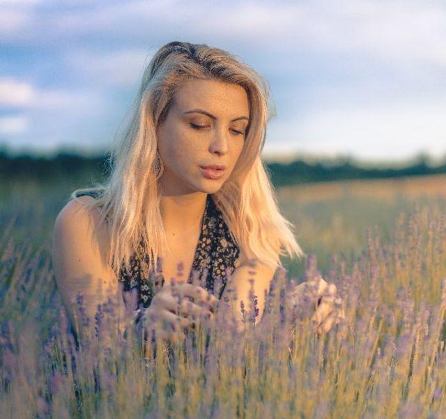Actrita Sabina Lisievici promoveaza frumusetea naturala pe plaje pustii!