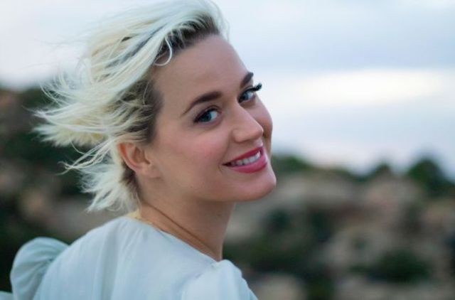 "Katy Perry a lansat albumul ""Smile"""
