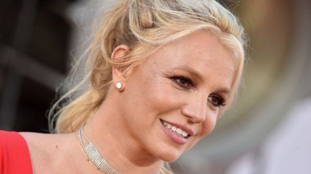 "Britney Spears a lansat single-ul ""Swimming In The Stars"""