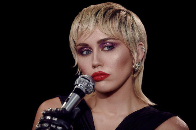 """Miley Cyrus a interpretat melodiile """"Without You"""" si """"Plastic Hearts"""" live"""