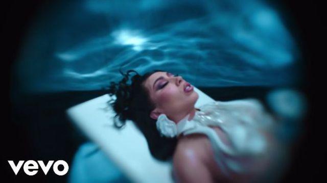 "Kali Uchis lanseaza melodia ""Fue Mejor"", in colaborare cu SZA"