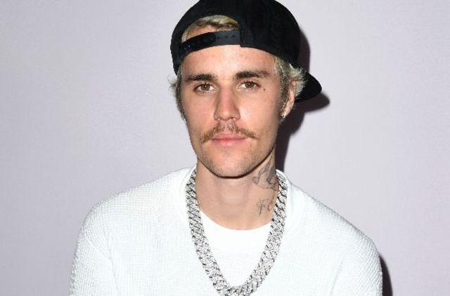 "Justin Bieber a lansat videoclipul single-ului ""Ghost"", albumul ""Justice: The Complete Edition"" si documentarul ""Justin Bieber: Our World"""